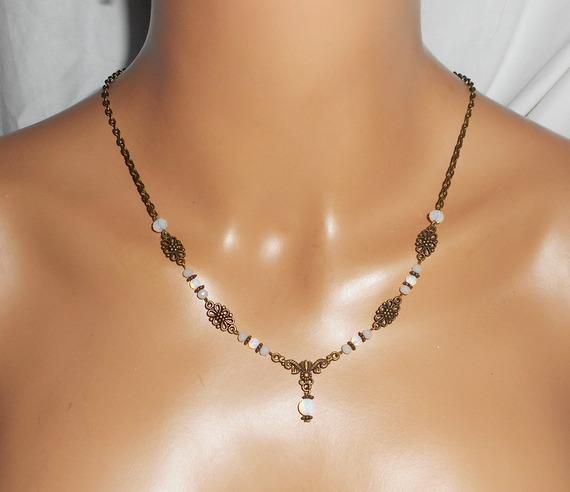 Diadème motif floral avec perles en cristal de bohème blanc opaque et opaline 2 en 1