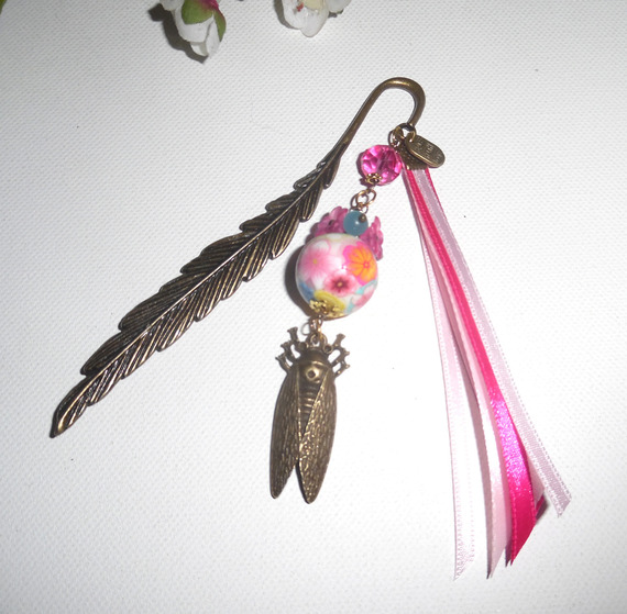 Marque pages plume perle fleurie rose avec cigale bronze et rubans