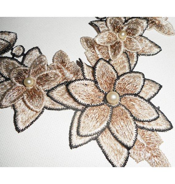 Parure Collier broderie avec fleurs ivoire et perles en verre nacré