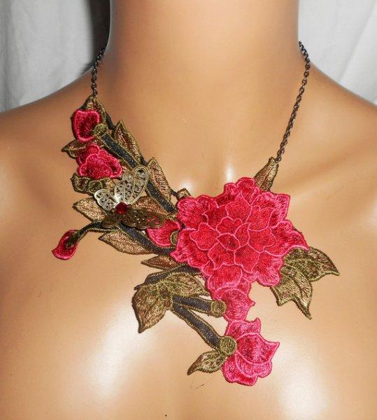 Parure Collier broderie de fleurs roses avec feuillage sur chaine noire