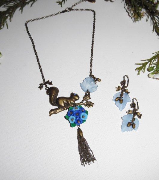 Parure Collier écureuil avec bouquet floral bleu et pompon bronze