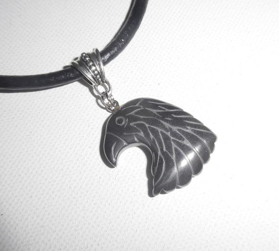 Pendentif  aigle en pierre d'hématite sur cuir noir