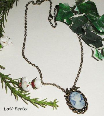 Pendentif camé bleu avec oiseaux en métal bronze sur chaine