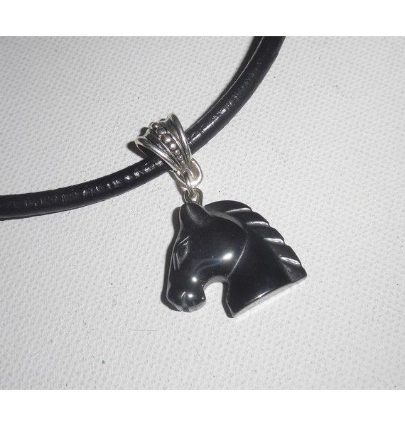 Pendentif  cheval en pierre d'hématite sur cuir noir