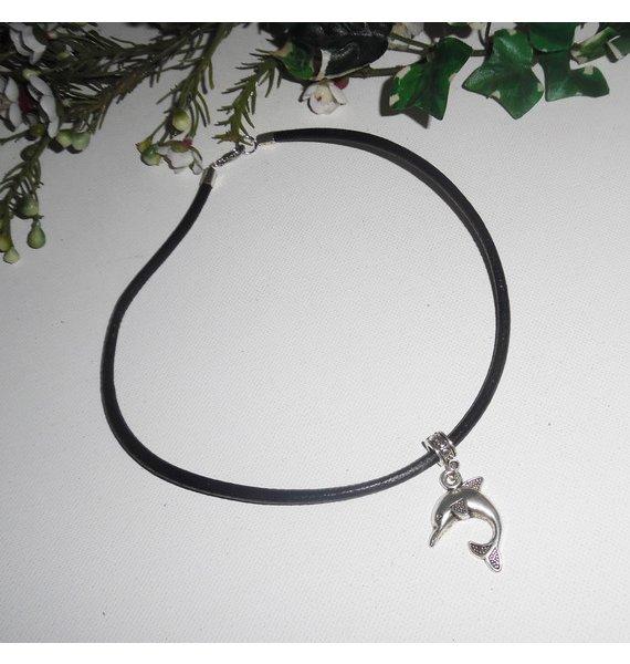 Pendentif dauphin en métal argent sur cuir noir