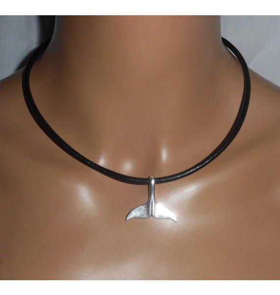 Pendentif queue de dauphin porte bonheur en métal argent sur cuir noir
