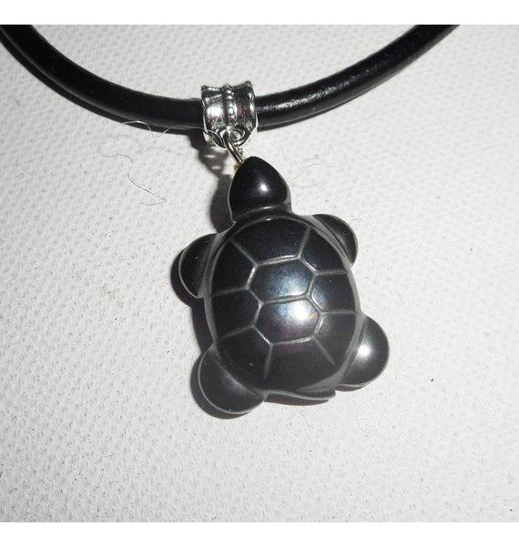 Pendentif  tortue en pierre d'hématite sur cuir noir reserve