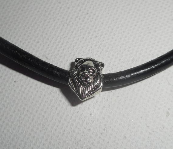 Pendentif  tête de lion sur cuir noir