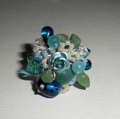 Bague brodée bleu et verte avec perles en verre, pierres et coccinelle