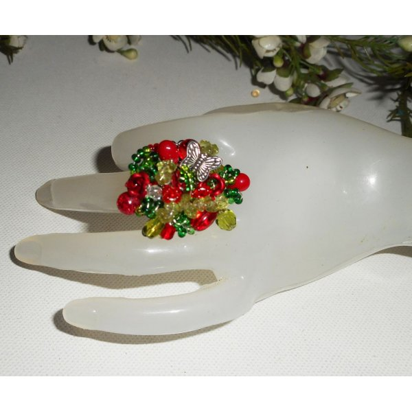 Bague brodée rouge et verte avec perles en cristal, pierres et papillon