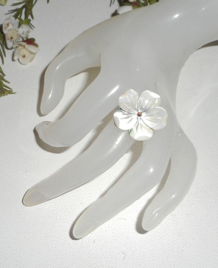 Bague fleur en nacre avec cristal sur anneau réglable en argent 925