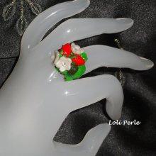 Bague fraises rouges avec petites fleurs en argile sur feuillage