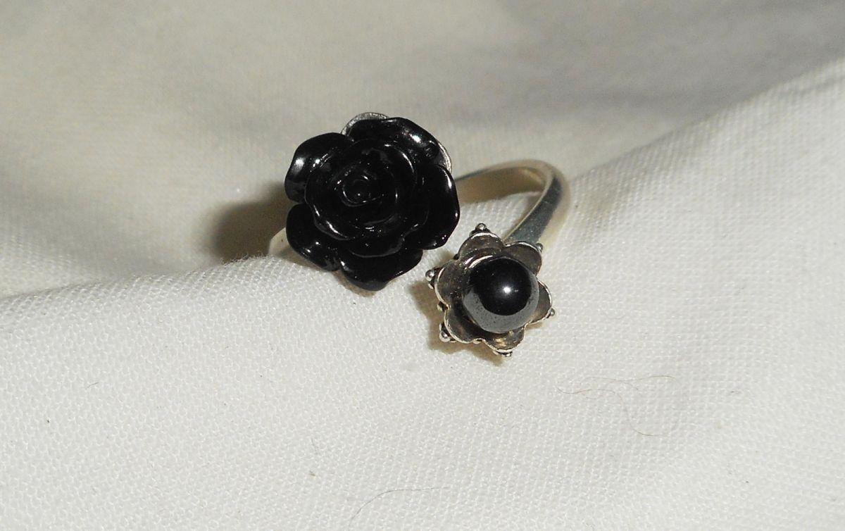 Bague originale en argent 925 avec rose noire et pierres ronde en hématite grise