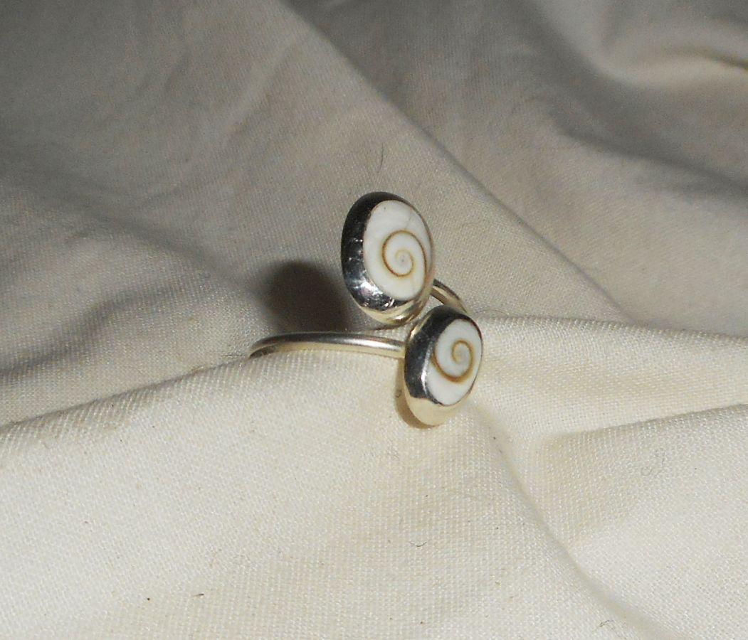 Bague originale en argent 925 avec double cabochons en oeil de Ste Lucie blanc