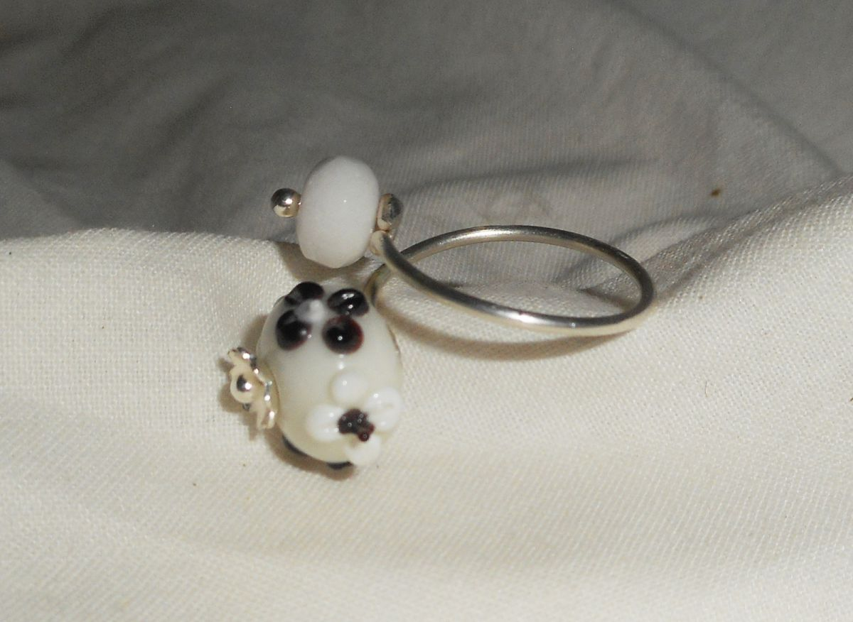 Bague originale en argent 925 avec pierre de jade blanc et perle lampwork