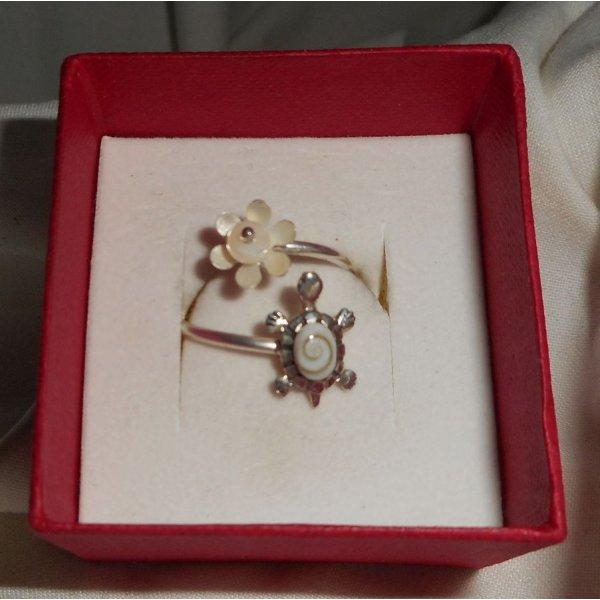 Bague originale en argent 925 avec tortue en oeil de Ste Lucie blanc et perle de nacre