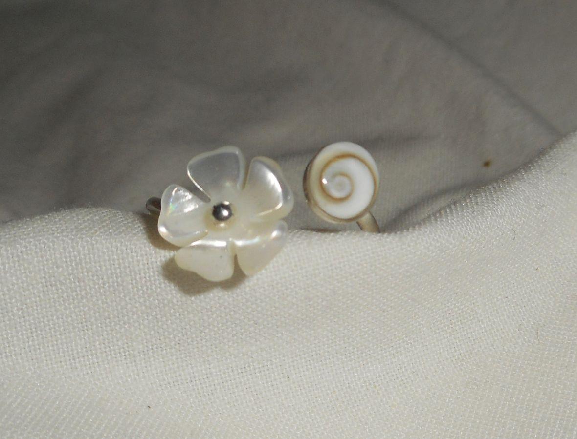 Bague originale en argent 925 avec fleur de nacre et oeil de Ste Lucie