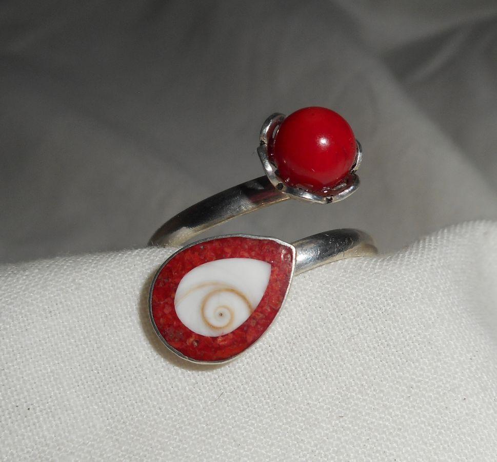 Bague originale en argent 925 avec gorgone rouge et oeil de Ste Lucie