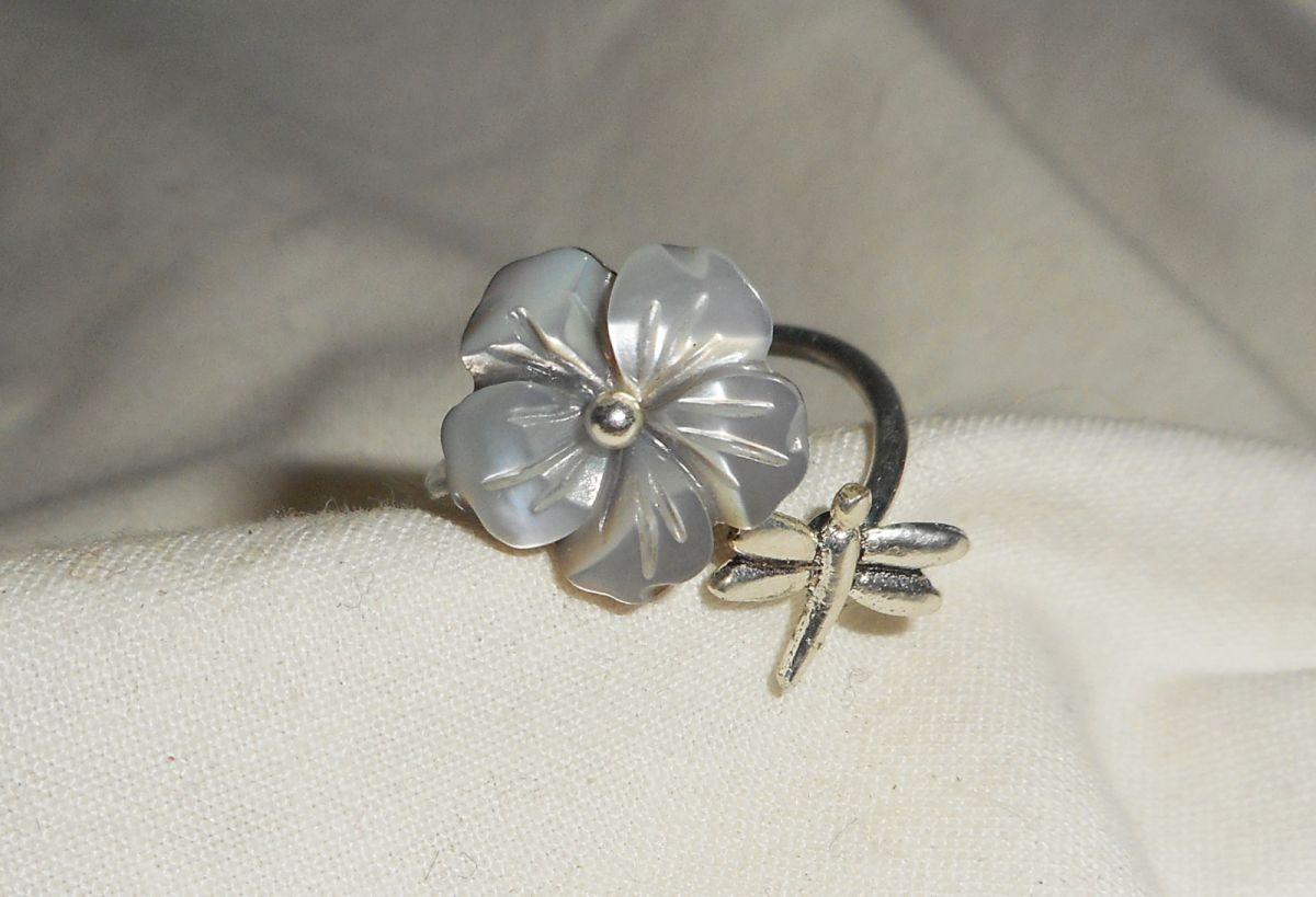 Bague originale en argent 925 avec fleur en nacre grise et libellule