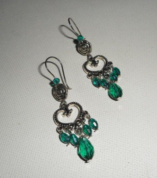 Boucles d'oreilles  avec connecteurs coeurs et perles en cristal vert