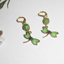 Boucles d'oreilles libellule en émail verte avec pierre sur dormeuses dorées