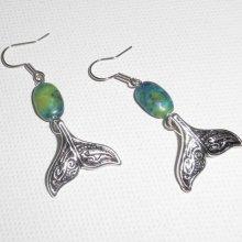 Boucles d'oreilles motif queue de dauphin avec pierres bleues sur dormeuses argent