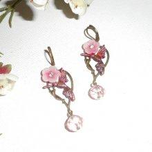 Boucles d'oreilles oiseaux et fleurs roses sur dormeuses bronze