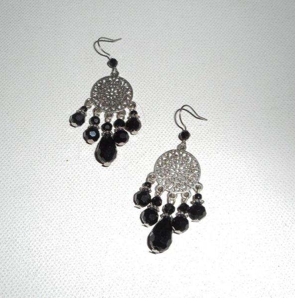 Boucles d'oreilles en perles de cristal noir avec connecteurs florales