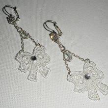 Boucles d'oreilles petits noeuds en dentelle blanche avec cristal