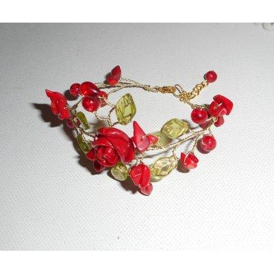 Bracelet aérien avec rose rouge et perles de verre
