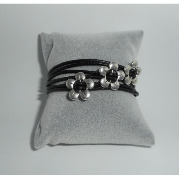 Bracelet cuir multi-rangs avec fleurs en métal