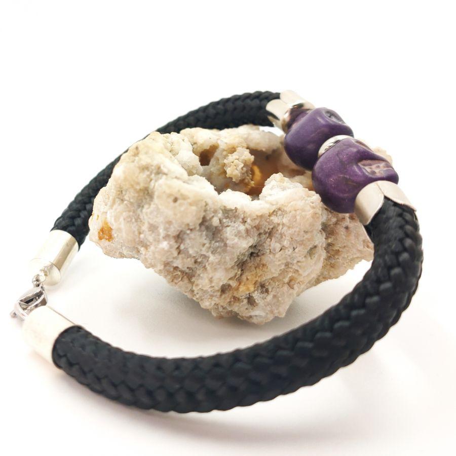 Bracelet double tête de mort en pierres violettes sur grosse corde noire