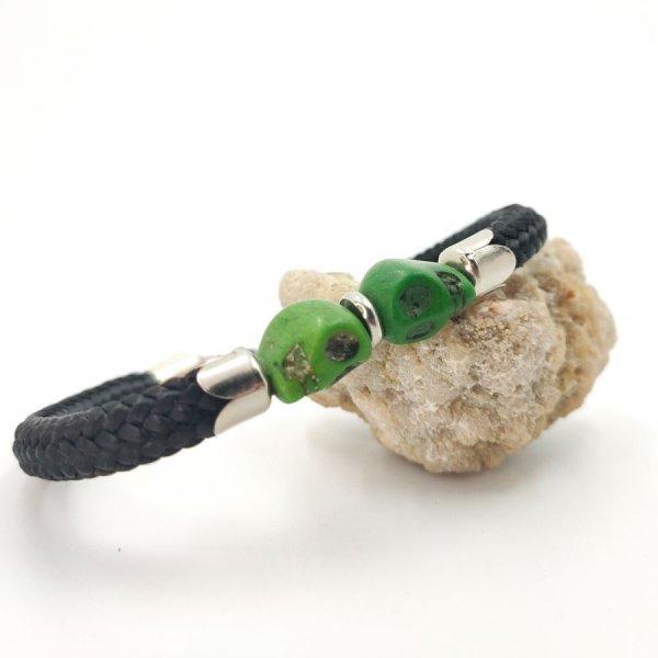 Bracelet double tête de mort en pierres vertes sur grosse corde noire