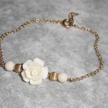 Bracelet  fleur en corail blanc sur chaine plaqué or