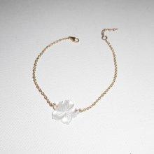 Bracelet fleur en nacre blanche sur chaine plaqué or
