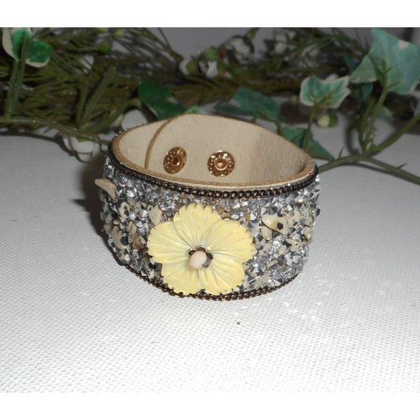 Bracelet fleur de nacre grise avec pierres semi-précieuses et cristal