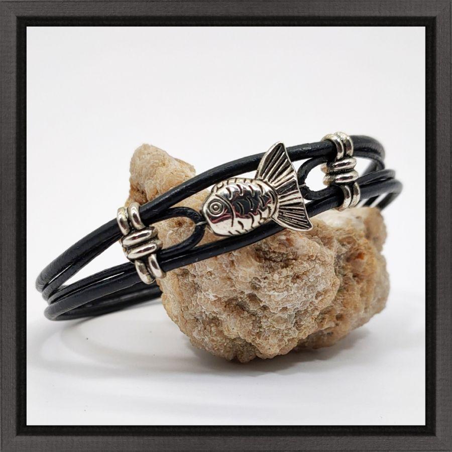 Bracelet homme cuir noir multi-rangs avec poisson en métal argent
