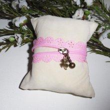 Bracelet original fermeture éclair en dentelle rose avec trèfle bronze porte bonheur