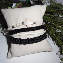 Bracelet original multi rangs en tissus avec croix et pierres écrues