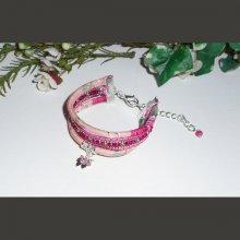Bracelet original multi-rangs en cordon rose fleuri avec broderie de perles et papillon rose en cristal