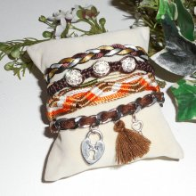 Bracelet original multi-rangs en cordons marron et orange avec perles en strass et breloques