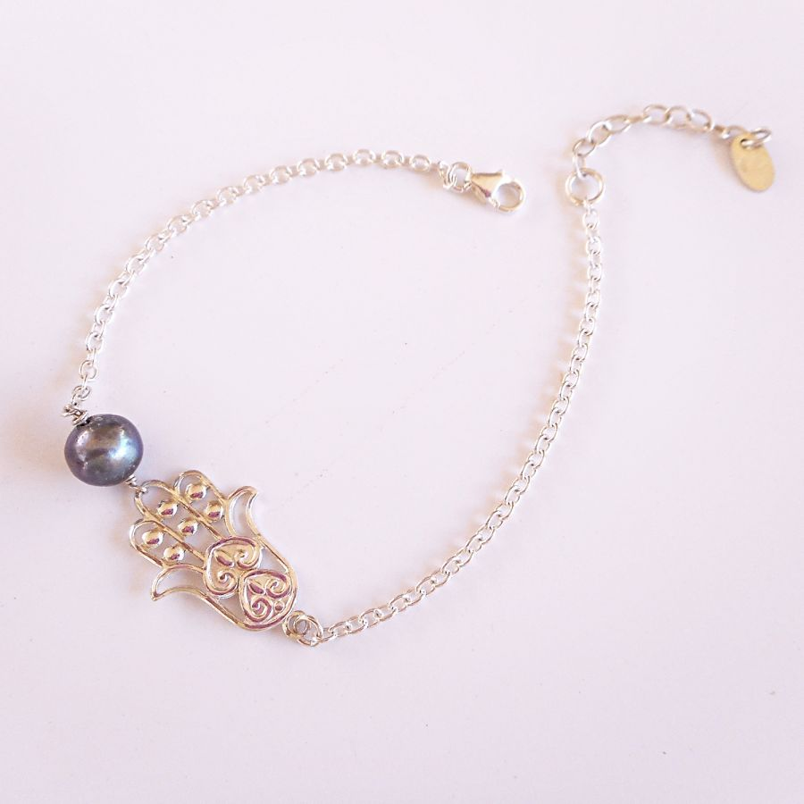 Bracelet perle de culture grise et main de Fatma sur chaine en argent 925