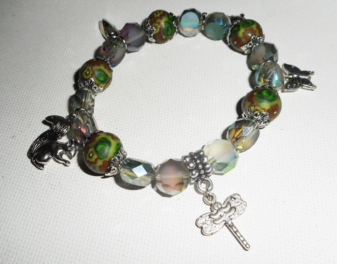 Bracelet en perles d'argile fleuri et cristal avec pampilles sur le thème des animaux