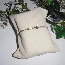 Bracelet en plaqué or avec petite croix en hématite sur cordon réglable