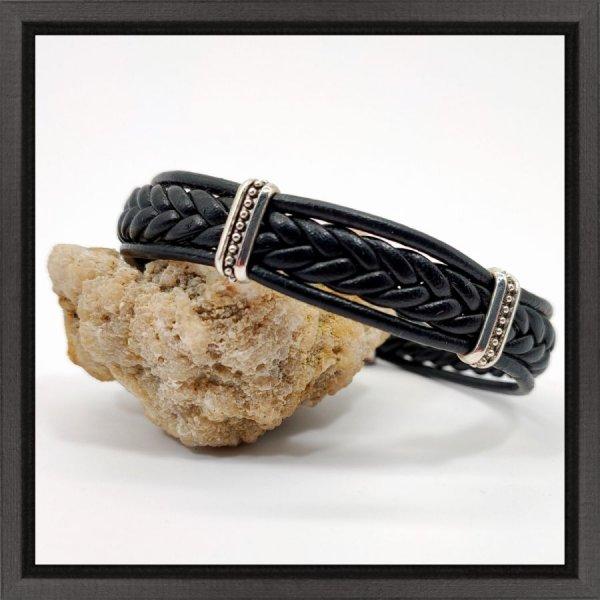 Bracelet tréssé sur cordon de cuir noir
