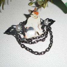Broche avec chat en émail  perles et chaine noire