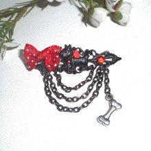 Broche  chien noir et rouge en résine avec petit noeud et chainage noir