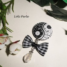 Broche peace and love avec noeud et goutte en cristal