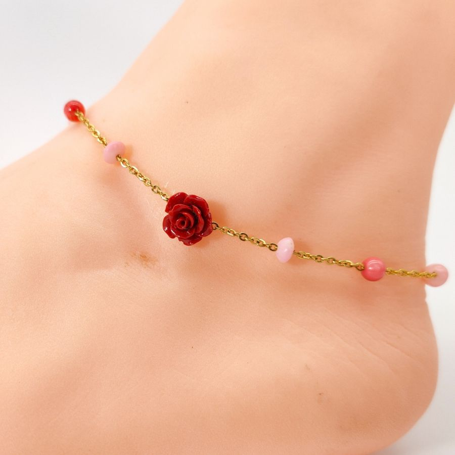 Chevillère en corail avec rose rouge sur chaine acier doré