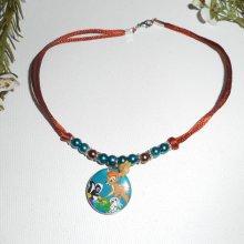 Collier animaux avec perles de verre bleu et marron sur cordon en soie